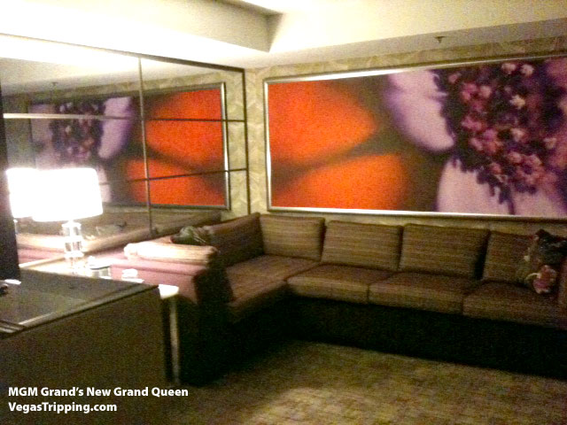 Photos MGM Grands New Executive Queen Suite  : mgmgrand grand queen sofa from www.vegastripping.com size 640 x 480 jpeg 75kB